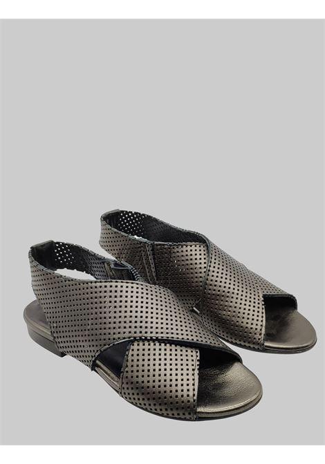Calzature Donna Sandali Bassi in Pelle Forata e Laminata Canna di Fucile con Cinturino Elastico Posteriore Zoe | Sandali Flat | DUFFY062