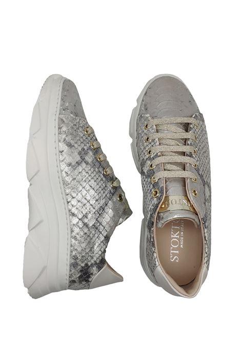 Calzature Donna Sneakers In Pelle Pitonata Argento Con Fondo Zeppa In Gomma Bianca Stokton | Sneakers | 674DARGENTO