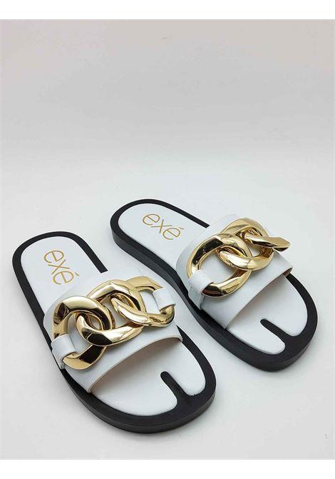 Calzature Donna Sandali in Eco Pelle Bianca con Catena in Oro e Zeppa Bassa in Gomma Nera Exe | Sandali Flat | 273100