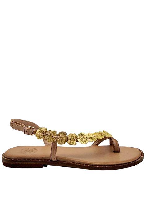 Calzature Donna Sandali Infradito Bassi in Pelle Naturale Cuoio con Accessori in Oro Cinturino alla Caviglia e Fondo in Gomma Exe | Sandali Flat | 600300