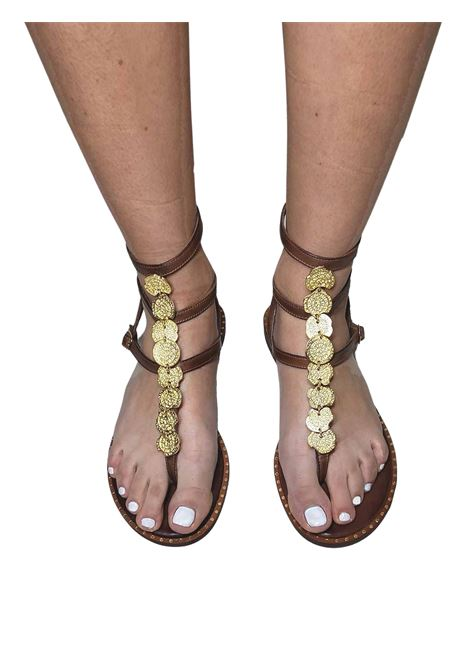 Calzature Donna Sandali Infradito Bassi in Pelle Cuoio con Cinturini Accessori in Oro e Suola in Gomma Exe | Sandali Flat | 601014