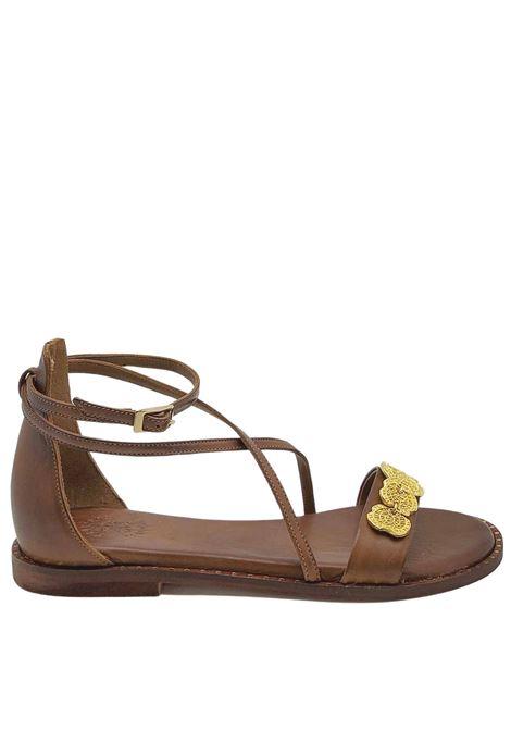 Calzature Donna Sandali Bassi in Pelle Testa di Moro con Accessorio in Oro Cinturino alla Caviglia e Tallone Chiuso Exe | Sandali Flat | 603013