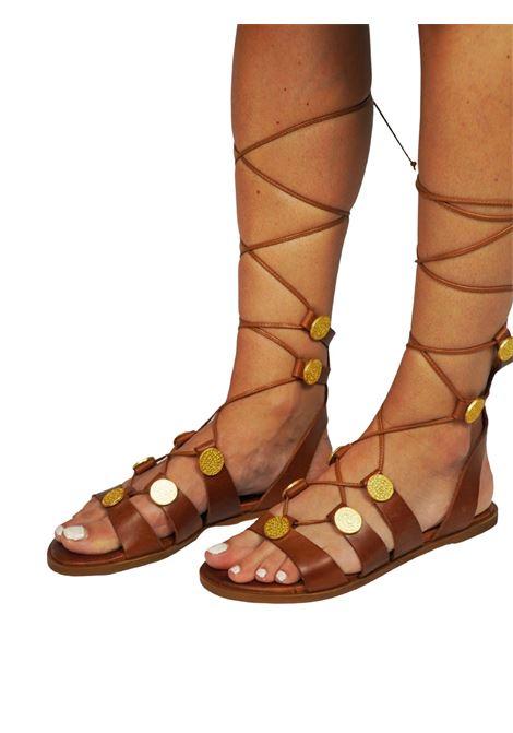 Calzature Donna Sandali Flat alla Schiava in Pelle Cuoio con Accessori in Oro e Lacci in Pelle Exe | Sandali Flat | 611014