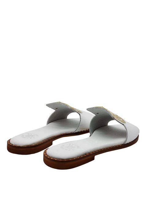 Calzature Donna Sandali Bassi in Pelle Bianca con Accessorio Grande in Oro Exe | Sandali Flat | 838100