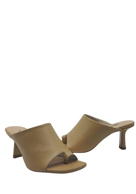 Calzature Donna Sandalo Infradito in Pelle Camel con Tomaia Unita e Punta Quadra Lola Cruz | Sandali | 126Z14BK025