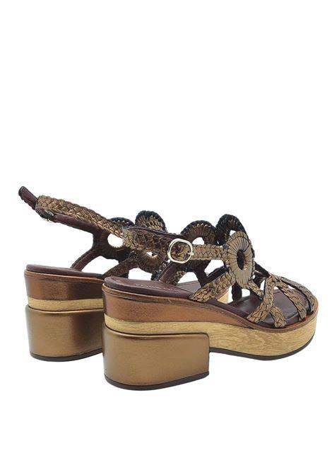 Calzature Donna Sandali in Pelle Intrecciata Laminata Bronzo con Cinturino Posteriore e Zeppa in Legno Pons Quintana | Sandali | 9226601