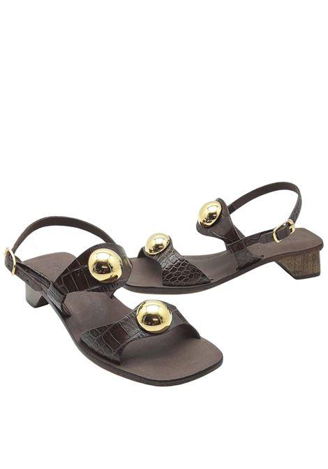 Calzature Donna Sandali Con Tacco in Pelle Cocco Marrone Doppia fascia Con Borchie In Oro E Cinturino Posteriore Spatarella | Sandali | DL10013