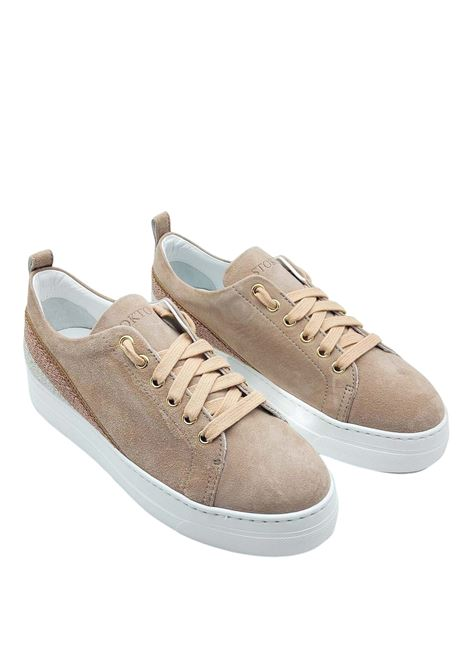 Calzature Donna Sneakers in Camoscio Nude con Banda Laminata sul Tallone e Fondo Zeppa in Gomma Stokton | Sneakers | 950-D300