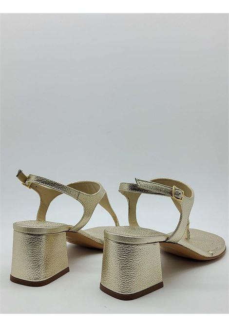 Calzature Donna Sandali Infradito In Pelle Laminata Platino Con Cinturino E Tacco Quadrato Tattoo | Sandali | 107600