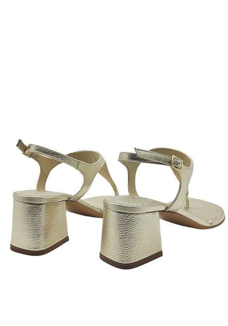 Calzature Donna Sandali Infradito In Pelle Laminata Platino Con Cinturino E Tacco Quadrato Tattoo   Sandali   107600