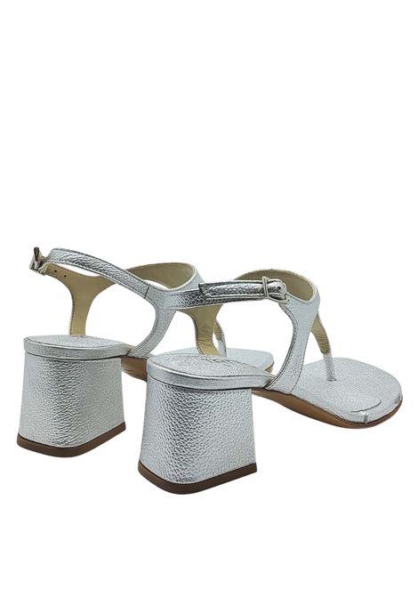 Calzature Donna Sandali Infradito In Pelle Laminata Argento Con Cinturino E Tacco Quadrato Tattoo | Sandali | 107604