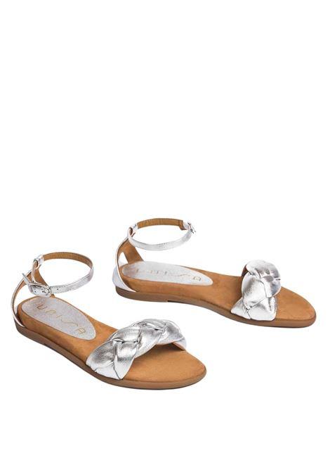 Calzature Donna Sandali Bassi in Pelle Laminata Argento Intrecciata con Cinturino alla Caviglia Unisa | Sandali Flat | CELADA604