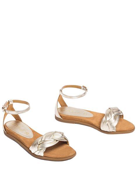 Calzature Donna Sandali Bassi in Pelle Laminata Champagne Intrecciata con Cinturino alla Caviglia Unisa | Sandali Flat | CELADA607