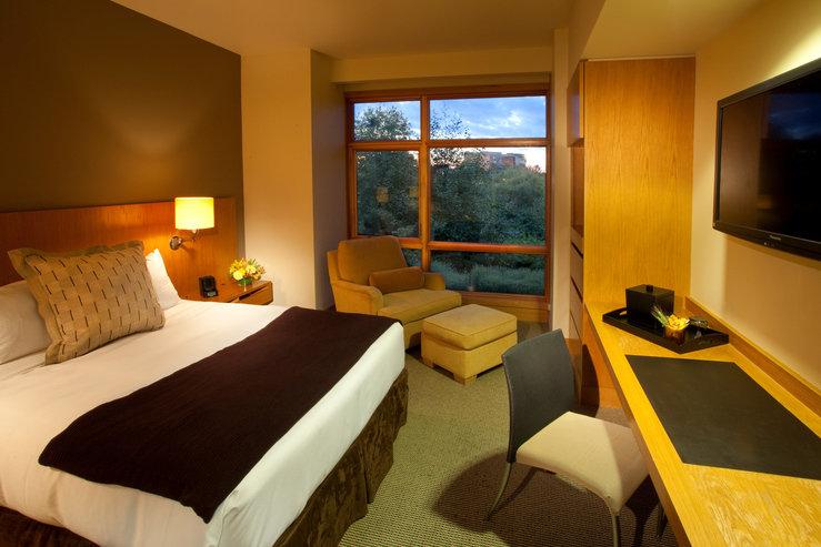 Cedarbrook lodge queen guestroom hpg