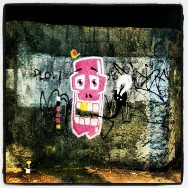 Fim de tinta no fim de noite. Vamos tentar esse carinha por aí! #graffiti #sabadodemanhacrew #caveira #rafa #rosa #pink #tijuca