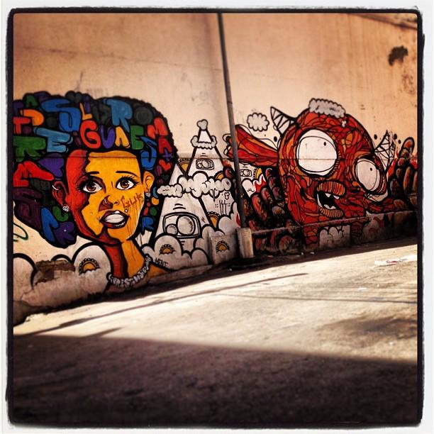 Cada vez mais lindos os muros do Rio. Essa cabeça me pareceu cheia de idéias!!! #murosdorio #grafite