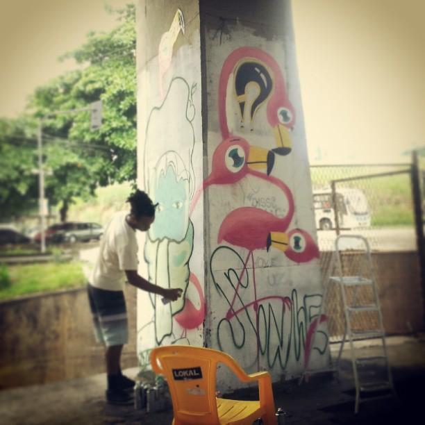 Dia de pintura na #CDD Com Rodrigo Deus, Marcelo, Certy e Tainan. Um muito obrigado ao pessoal da Conexão Cultural que está promovendo a arte na Cidade de Deus! #graffiti #graffrio #sabadodemanhacrew #flamingo #SDMC #rosa #grafite #cidadededeus