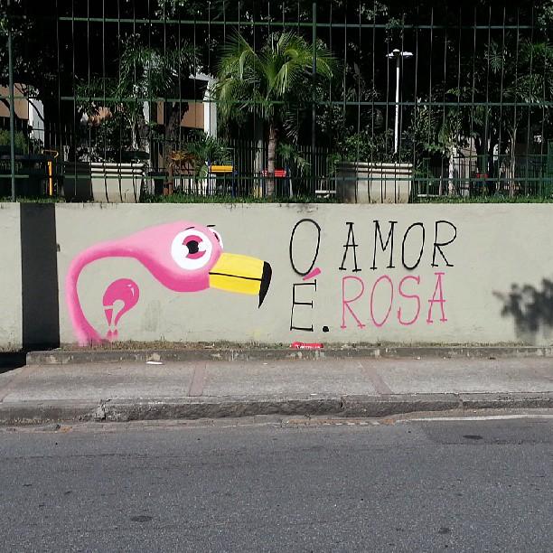 O amor É. Rosa. #flamingo #flamenco #rosa #amor #oamorerosa #graffiti #graffrio #grafite #instagrafite #rafa #sabadodemanhacrew #tijuca #maracana
