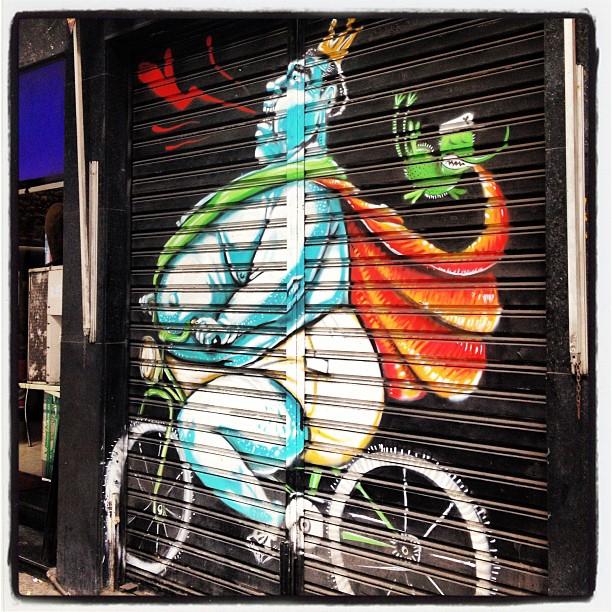 O rei está nu... Na sua bike!!! #grafite #murosdorio