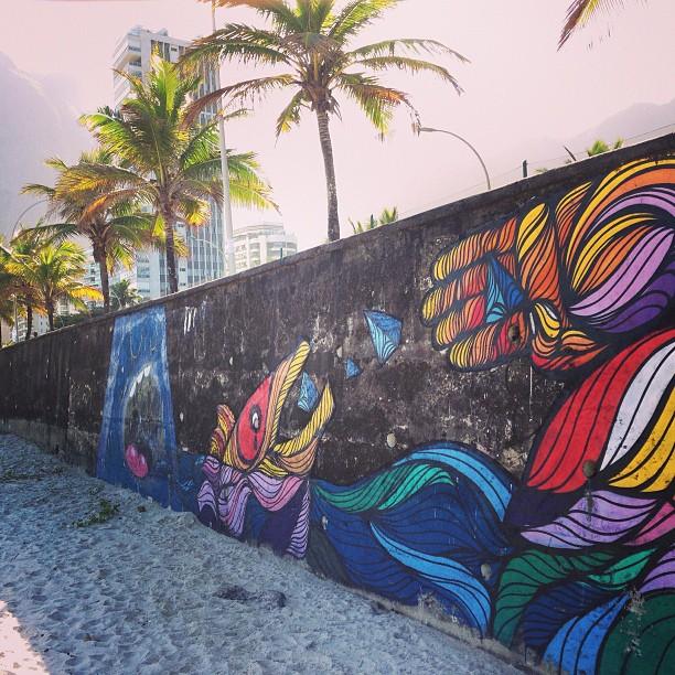 Graff feito na praia de São Conrado com meu brother @mga21 fazem uns meses. #streetartrio #graffiti #praia #vidaludica #mergulho @instagrafite