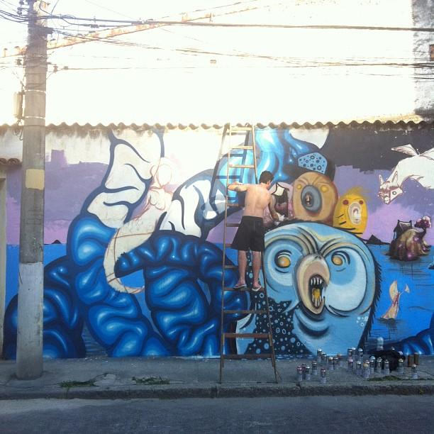 Primeira parte da pintura em andamento no Rio Comprido com @igorsrcnunes @heitorcorrea64 @pedrojardim. #streetartrio #streetart #graffiti #monsters #wall