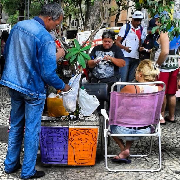 Esse Angatu... Estampando o sorriso na subida do Bairro de Fátima com Riachuelo! #streetart #lambelambe #cores #colores #artederua #intervençãourbana #hiran #happyday #greenday #streetartrio #errejota #bairrodefatima #pontodobicho