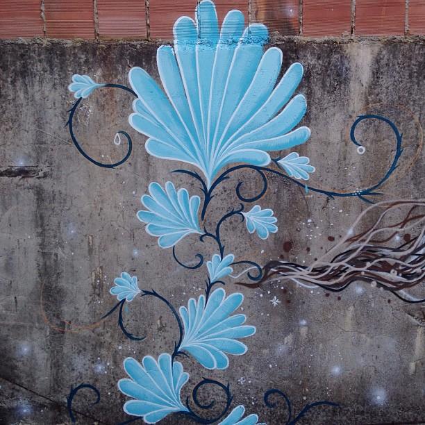 Pintura de hoje no cantagalo ao lado do hostel ralé chateau.. #art #streetartrio #streetart #flor #domingo #pedrojardim #jardim #novecinco #riodejaneiro #rj