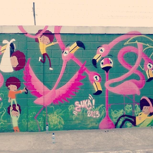 Dia de pintura, é dia de alegria #grafite #instagrafite #streetartrio #colorgin #mtn94 #spray #tinta #colors #artederua #urban #instagood #nice #sukitinhas #flamingos #mutirao #mare #riodejaneiro #creative #ilustration #drawing