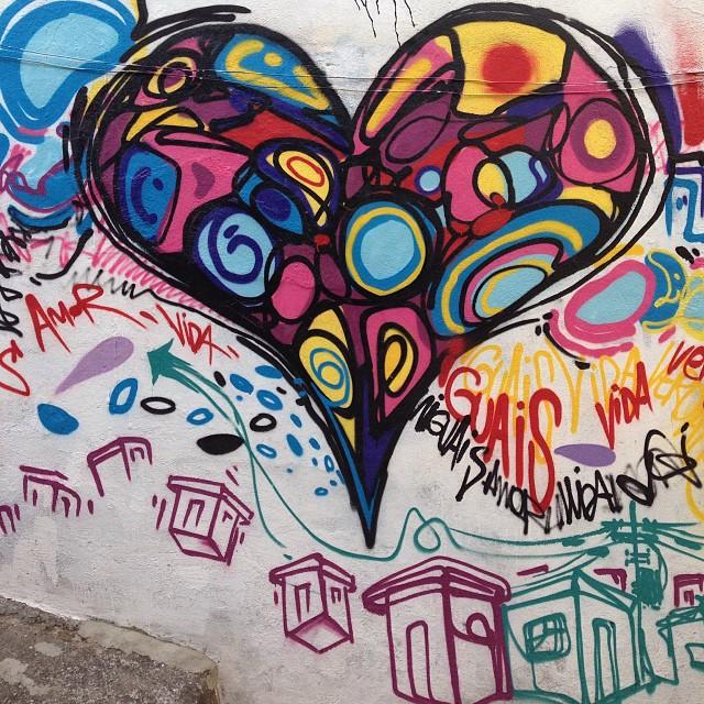 Love is the true king... Detalhe , dia na casa dos meus irmãos na #viladapenha. Daylight pic at my brothers house. #love #spraypaint #freestyle #freehand #colors #streetartrio #graffiti #graffitilife #graffitilovers #graffitilegends #mentone #marceloment valeu meu parceiro @brunobig !