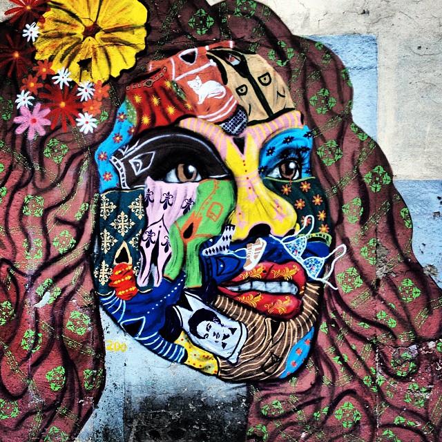 Naquela rua da morena bonita toda pintada por causa daquela morena bonita toda pintada na parede da rua