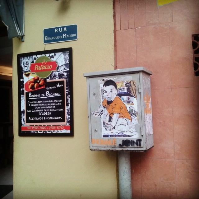 A arte de dominar a área. #streetartrio #streetart #stencilart #sticker