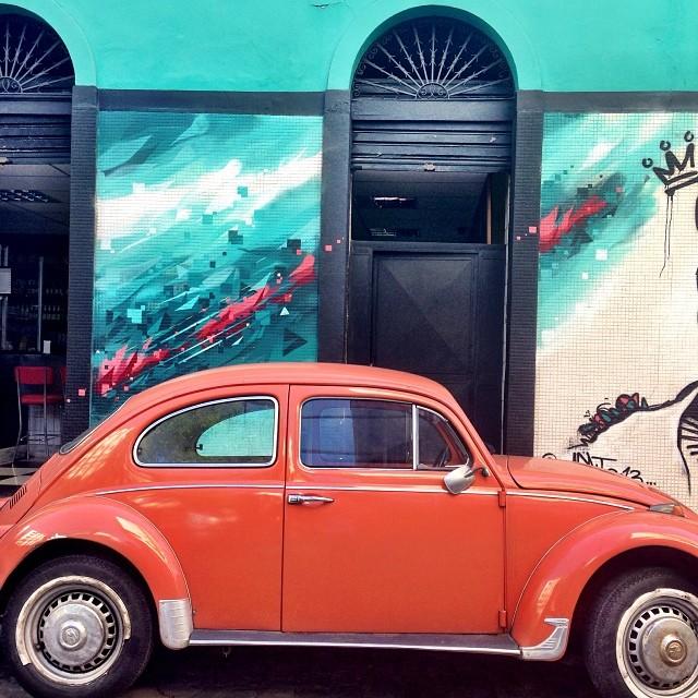 Contrastes... My brother @6ra99a #bragga #streetartrio #mentone #marceloment #humaita #rio #rj #riodejaneiro #graffiti #spraypaint #colors #contrastes #beetle #fusca #carioca