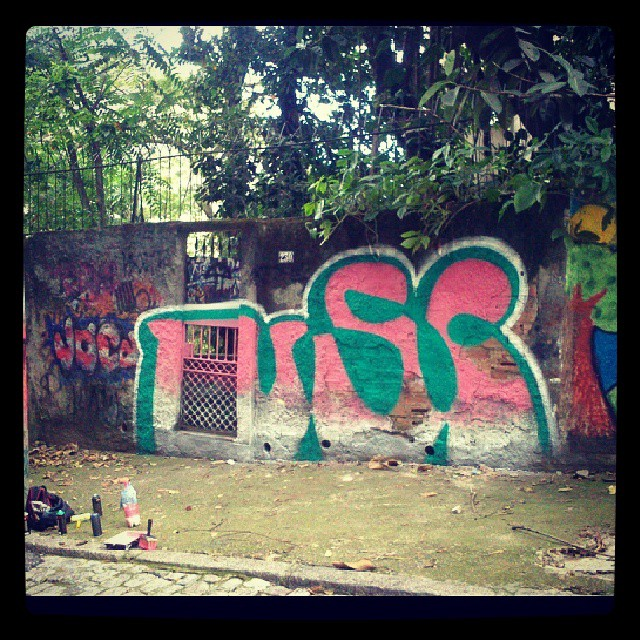 Esse pico é só pra quem é da área! #bombing #throwup #graffitirj #streetartrio #chapisco