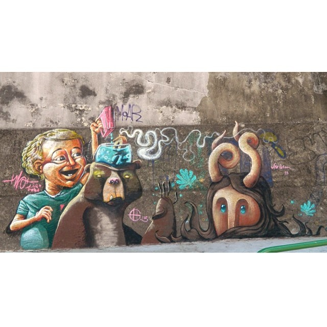 Pintura de dormindo em Santa Tereza, na praça Doyle Costa Neto.. Da esq para direita, Pedro Themoteo, Heitor Corrêa e eu #santa #santatereza #rj #rio #streetartrio #streetart #art #pedrojardim #novecinco