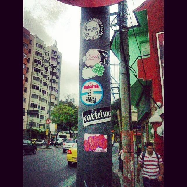 Poste no Humaitá @homegrown68 @cartelmcs @alefkellock #stickers #streetart #streetartrio #riodejaneiro #riotdejaneiro #luckydiamond #humaitapapeixe