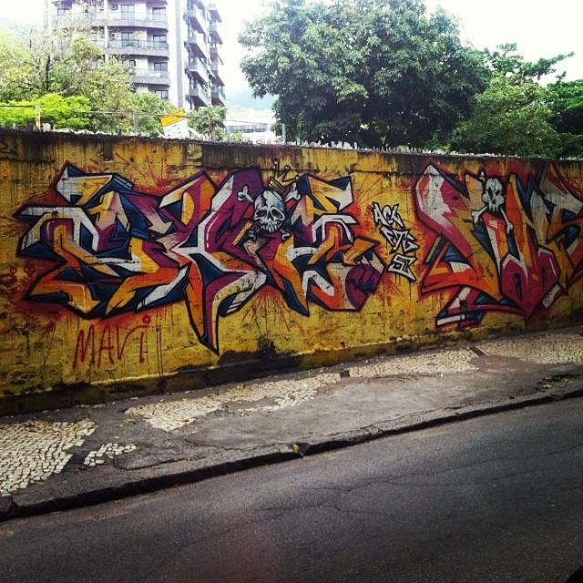 Trabalhar na rua tem suas vantagens. #graffiti #rj #streetart #artederua #arteurbana #streetartrio #graffrio #rua