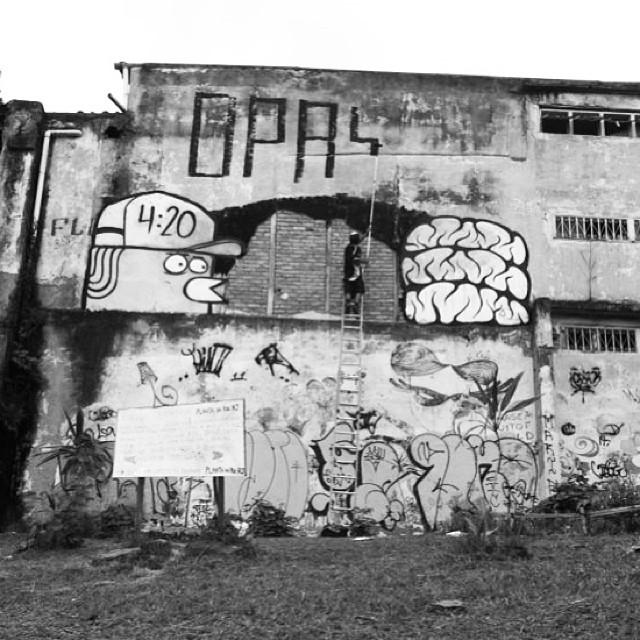 In action....  with ma brotha @joaomazza #graff #graffiti #art #arte #arteurbana #urbanart #streetart #streetartrio #vandal #attack #throw #throwup #bomb #bombing #ilovebombing #qpasa? #qpasa?crew #crew #clessio #clessin #mz #searc #src #riodejaneiro #rj