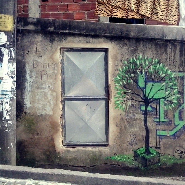 Na reportagem pra o canal futura, ontem com o amigo @tito_na_rua. #streetartrio. #tickrjgraf