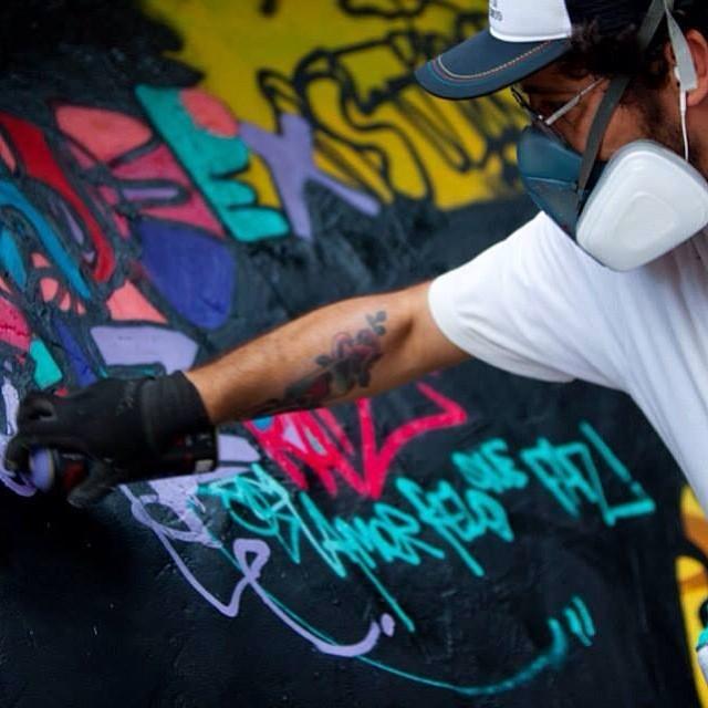 Pic by @ftdiniz ... AMORPELOQUEFAZ... #streetartrio #spraypaint #spraycan #graffiti #graffitilovers #letras #letters #freestyle #freehand #mentone #marceloment #rio #riodejaneiro #rj #riolifestyle #carioca