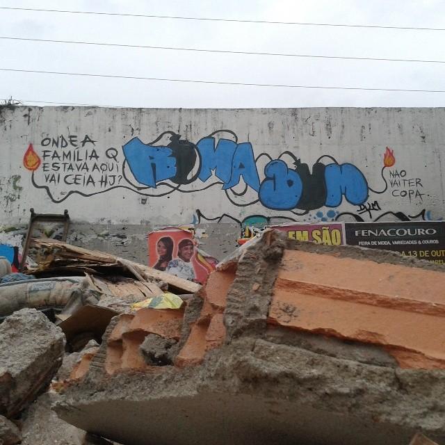 Remoção das casas na Mangueira, alguem responde essa pergunta??? #dum #instagrafite #graffiti #montana94 #artederua #arteurbana #graffiticarioca #streetart #streetartrio #arteruario #mangueira