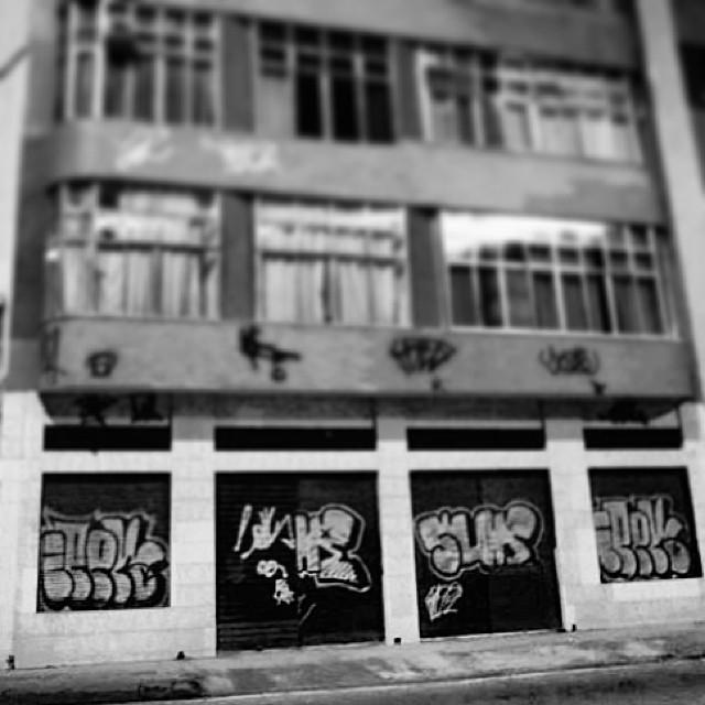 Role antigo com o mano Gabe.. 2 SUR nas esteiras. Depois colou o bruxo IPEK. Pça da Bandeira circa 2006. #surto #throwups #bombing #grafitti