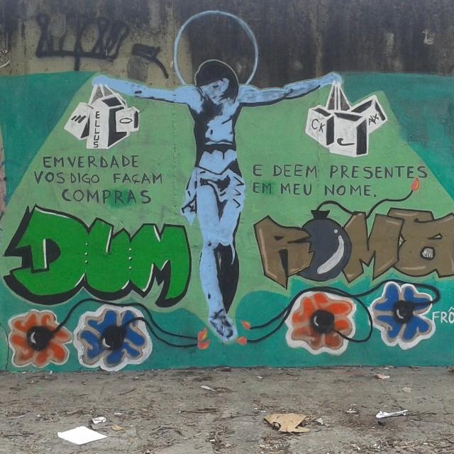 Sabe o significado do Natal? ou ainda acha q é só troca de presentes? #dum #instagrafite #graffiti #montana94 #artederua #arteurbana #graffiticarioca #streetart #streetartrio #arteruario #maracana #banksy #roma
