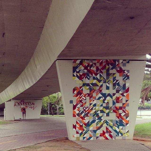 Surpresa boa! @osgemeos na área. #Artederua #streetart #streetartrio #MUDA #azulejo #tile #ColetivoMUDA