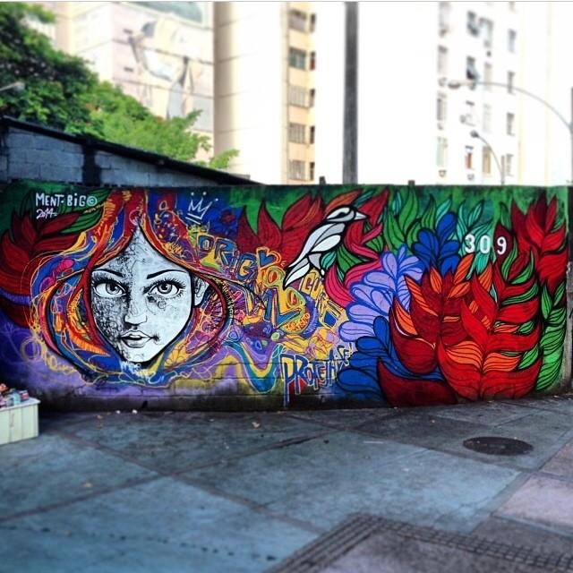 Com meu irmão @brunobig #instagrafite #streetartrio #graffiti #spraypaint #rio #rj #riodejaneiro #mentone #marceloment #brunobig #graffitilovers valeu a presença @ftdiniz mais um dia clássico pelas ruas, eu e Bruno pintamos esse muro em 2008, legal chegar lá e ver que estava preservado, só tinha uma pixação em uma parte neutra do mural, continuando a respeitar sempre para ser respeitado!