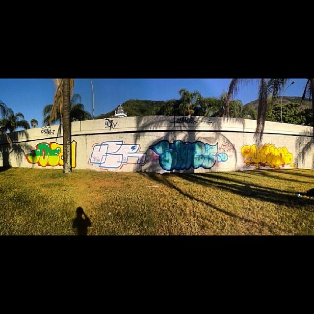 Lagoa com meus parceiros!! @jotafernandes55 @swagone55 #throwup #throwie #bombing #ilovebombing #vandalism #021 #streetartrio #streetart #arteurbana #jota #swagone #usr #gemeos