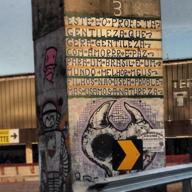 ...Nós que passamos apressados Pelas ruas da cidade Merecemos ler as letras E as palavras de gentileza... #ProfetaGentileza #gentileza #gentilezageragentileza #marisamonte #instagrafite #artederua #arte #streetartrio @instagrafite @streetartrio