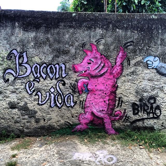 O Friporco atacou novamente, com @dozetreze e Pipe. #grafite #graffiti #calligraffiti #streetart #streetartrio #bacon #pork #pig #pintura #spray #sprayart #montana #colorgin #arteurbana #arte #art