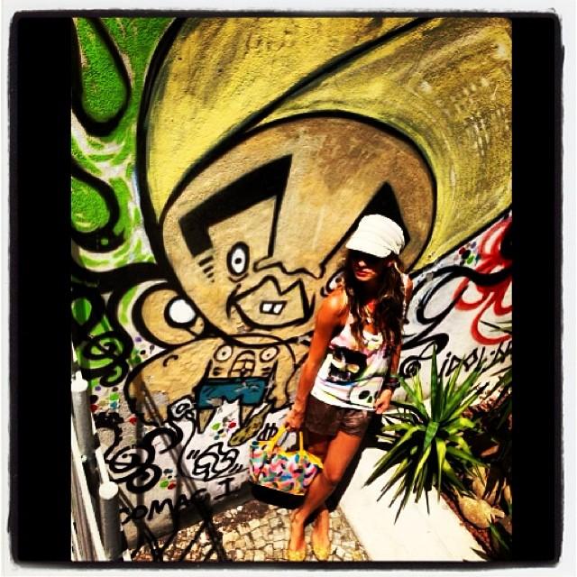 #graffiti das antigas  #polissucos #jb #djonereal #marygirl #styling #look #tshirtzara #bolsachanel #custom by #idolno #artespray #stencil #colors #summertime #artederua #streetstyle #idolnostyle #streetartrio #artcolective @idolnoproject