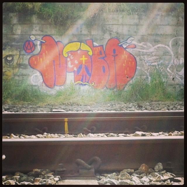 Chegou fim de semana todos querem diversão... #artistasurbanoscrew #streetartrio #ilovebomb #lovebombing #bomber #bombing #instagraffiti #graffitirj #urbanart #graffitiénarua #terrorzn #meusrolés #linhadotrem #suburbiocarioca #nobã630