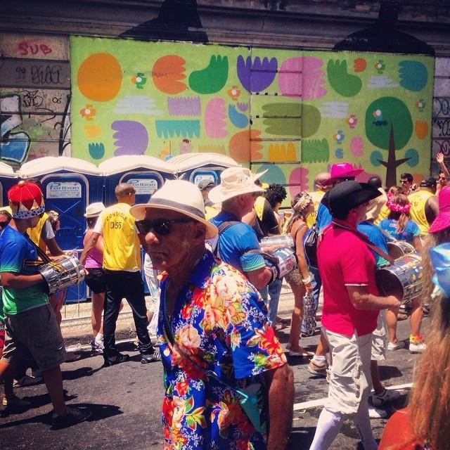 Samba parade @ Rio with my birds in the background! Fits good jajaja #streetart #streetartrio #villas #rodrigovillas #bird #lovebird #graffiti